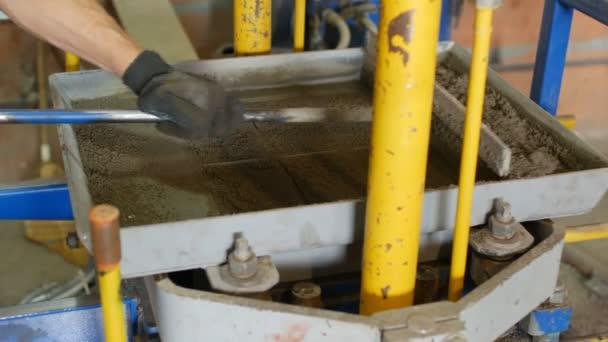 Výrobní proces zámkové betonové dlaždice pro silniční potahu. Výroba chodníku v podobě cihel