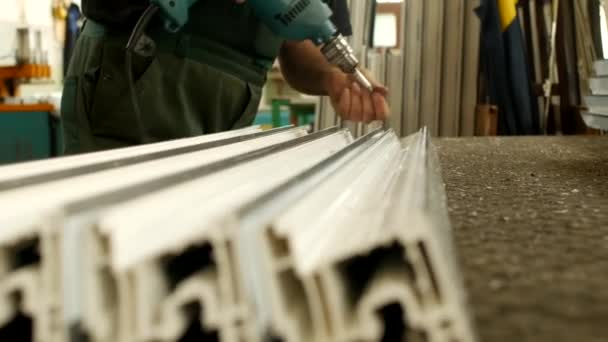 Výroba oken pvc, mužské pracovník zvraty šrouby v profilu pvc okna výroba, obchod a windows, průmyslové