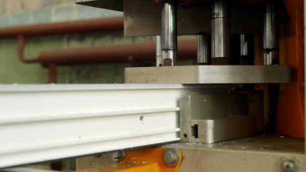Výroba a výroba pvc okna, pvc, okenního rámu se nachází v zařízení pro pájení rohy pvc profilu, detail, pájení, proces