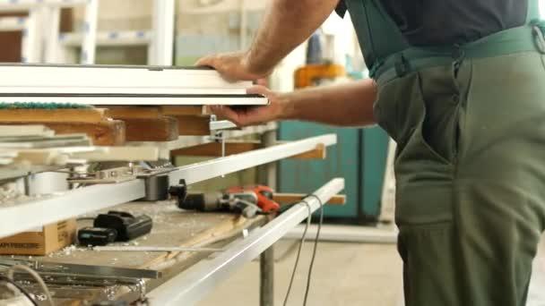 0ea1947f95ab Production et fabrication de fenêtres en pvc, travailleur masculin produit  des fenêtres à guillotine pvc fenêtre Assemblée recueille, profil pvc, ...