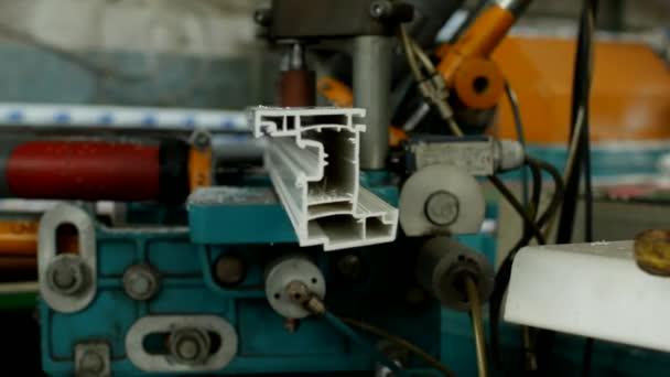 Výroba a výroba plastových oken, mužské pracovník vrtačky otvory na vrtačku v pvc profilu pro výrobu pvc okna, close-up, vybavení