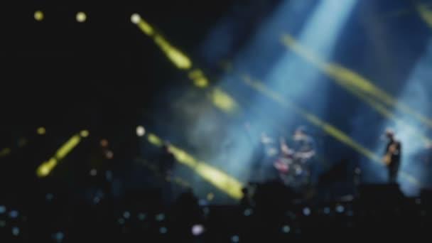 rocková kapela je na jevišti hudebního festivalu, rozmazané zpomalené