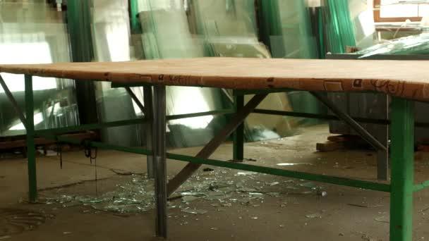 die Werkstatt für die Herstellung von doppelt verglasten Fenstern, zwei männliche Arbeiter brachten ein großes Glas zum weiteren Schneiden und Zusammenbauen der Glaseinheit, die Herstellung von PVC-Fenstern, Saugnäpfen