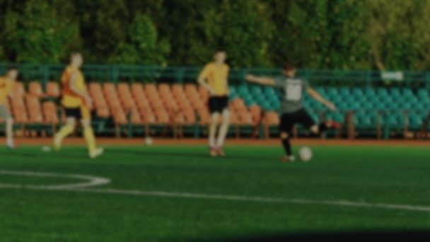Futballista halad a labda, csapattársa üt egy labdát, és kották, egy cél, a kapus hiányzik cél, a labdarúgó-Európa-bajnokság, elmosódott háttér