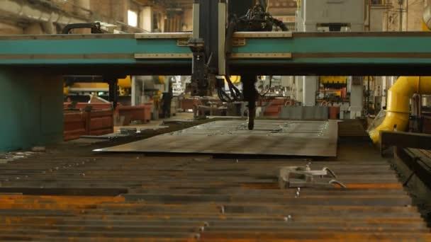 Macchina di taglio al plasma, close-up, industria e produzione, rallentatore, fabbricazione