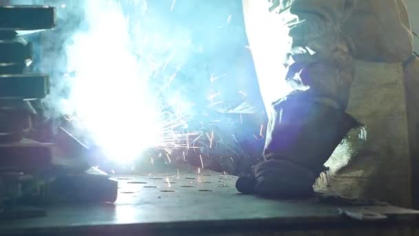 Svářeč svary kovových dílů, svařování kovů, průmyslu a průmyslu, close-up, slow-mo
