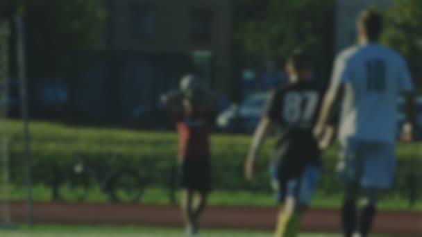Dobj egy futball-labda, játékos, elmosódott háttér