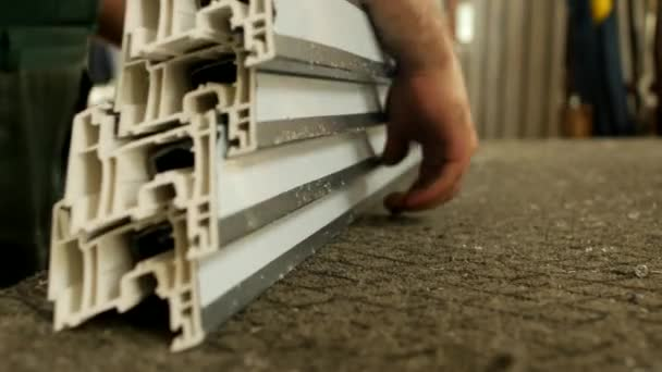 Výroba plastových oken, mužské pracovník píchnutí podrobnosti pvc profilu okna, zblízka, detail okna