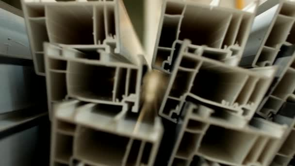 Výroba a výroba rámů a Pvc oken, v oknech pvc výrobní dílny, Pvc profil je na stole, komponenta