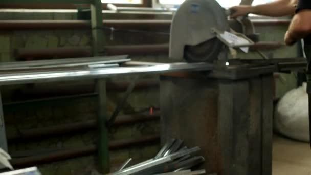 Pracovník řezy kovového profilu pro pvc okna na kotoučové pily, kotoučové pily a kovových profilů