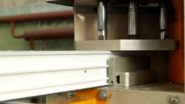 Výroba a výroba pvc okna, pvc, okenního rámu se nachází v zařízení pro pájení rohy pvc profilu, detail, pájení, průmysl