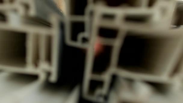 Výroba a výroba rámů a Pvc oken, v oknech pvc výrobní dílny, Pvc profil je na stole, sekce