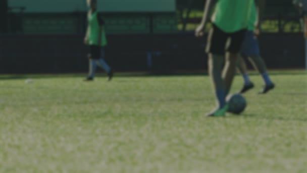 Focisták futtatható, és lő a labda, elmosódott háttér