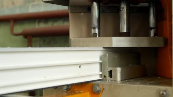 Výroba a výroba pvc okna, pvc, okenního rámu se nachází v zařízení pro pájení rohy pvc profilu, detail, pájení, výroba