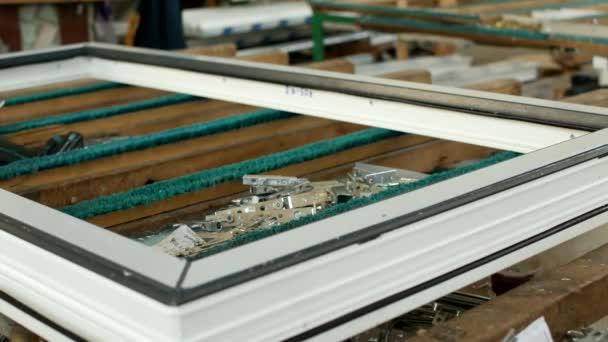 Výroba pvc oken na tabulky lež šrouby a závěsy pro plastová okna a šroubovák, výroba rámů a oken z plastových profilů, detail