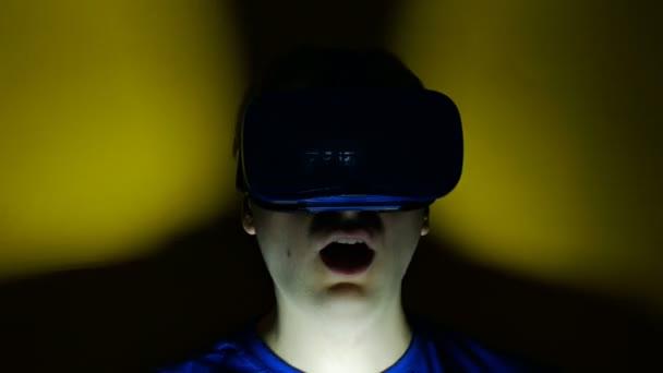 muž v hlavě nasedl na displej prohlížel rozhlédne, virtuální realita, hmd 360