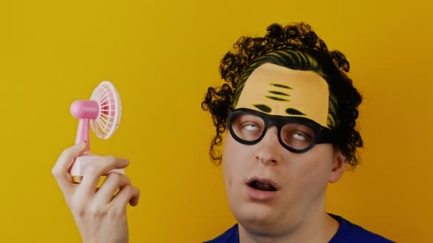 zábavné a komickým kudrnaté muž s ventilátorem hračka růžové