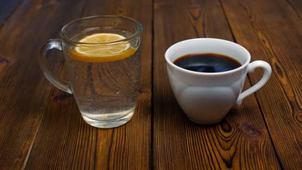 člověk si vybere kávu namísto vodu s citronem za škodlivé životní styl