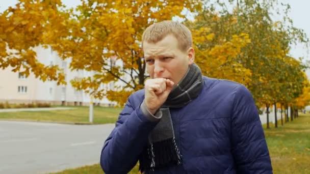 krank oder krank Mann hustet in der Stadt oder im freien durch Influenza-Grippe-virus