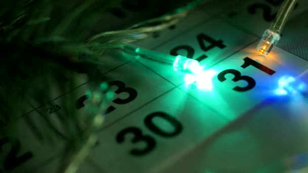 Az asztalon van az új év December naptár és az új év fények égnek körül időpontja December 31-én, közelkép, az új évben 2019, naptár