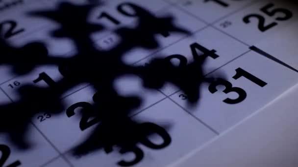 Az asztalon van az új év December naptár a háttérben, az árnyék egy hópehely, közelkép, hagyományos újévi 2019