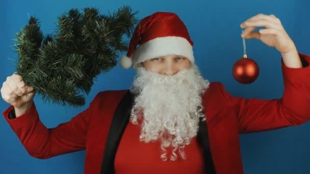 Új évben 2019, ember, mint egy karácsonyfa, és a piros labdát csecsebecse játék, a kék háttér Santa