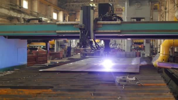 Moderní stroj pro automatické plazmové řezání kovu, close-up, průmysl a výroba, řezání, slow-mo, plazma
