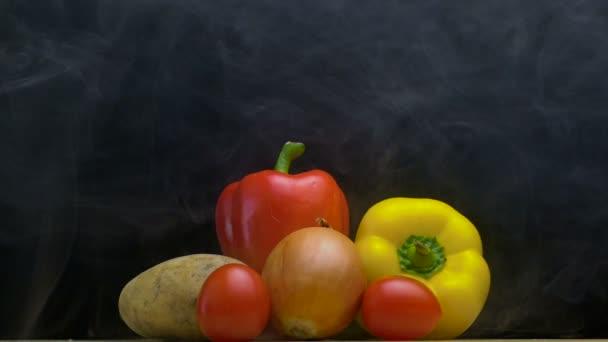 Zátiší nebo kit přírodní zeleniny v chladu, páry před mrazem v slowmo, zkopírujte prostor