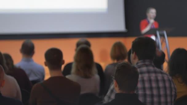 weibliche Rednerin tritt auf, spricht während einer Konferenz oder Präsentation zur Öffentlichkeit