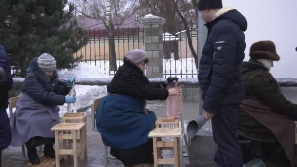 Bobruisk, Fehéroroszország - 2019. január 19.: Ünnepe keresztség az egyházban, emberek gyűlnek össze a szenteltvíz a templom, a hagyomány, a lassú mozgás
