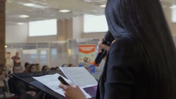 női vezérigazgatója, illetve hangszóró mond valamit konferencia vagy üzleti előadás közben