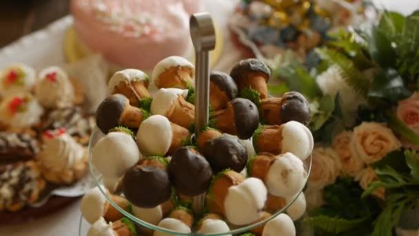 Sváteční stůl s sladkosti v podobě houby, pochoutka, close-up, dovolená