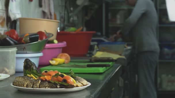 Piatto Di Pesce Al Forno E Verdure è Su Una Cucina Nel Ristorante O