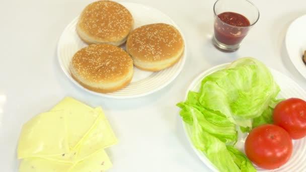 Ingredience v kuchyni pro přípravu rychlého občerstvení cheeseburger a hamburger, Domácí video, pozadí