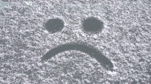 Smutný úsměv od sněhu na okno auta, slow motion, začátek zimy