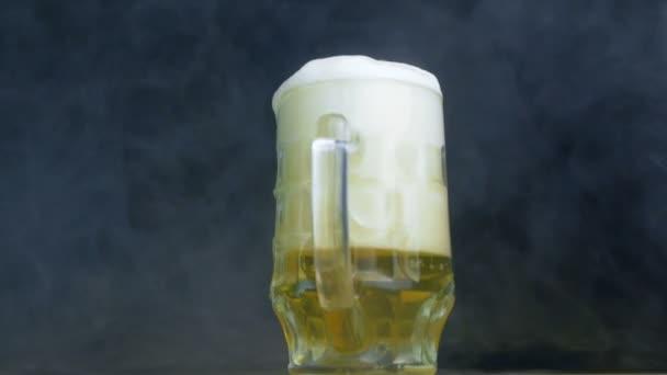 vytéká z sklenky Plzeňského nebo ležák v kouři ve zpomaleném filmu pěnové