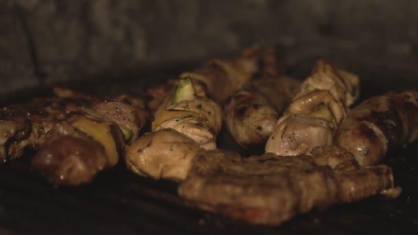 Kousky hovězí a vepřové maso a kuřecí řízek jsou vařené na grilu. Klobásy a šašlik nebo šíš kebab jsou ugrilovat v troubě uhlí v restauraci v pomalém pohybu