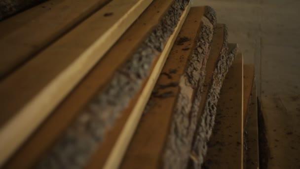 dřevěné desky leží na podlaze, dřevo nebo dřevo je v dílně nábytek