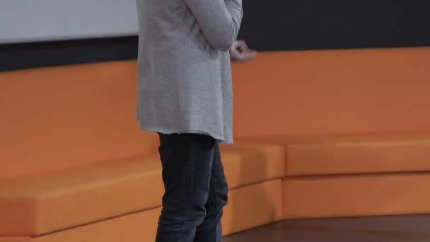 männlicher Redner tritt auf, spricht während einer Geschäftskonferenz oder Präsentation zur Öffentlichkeit