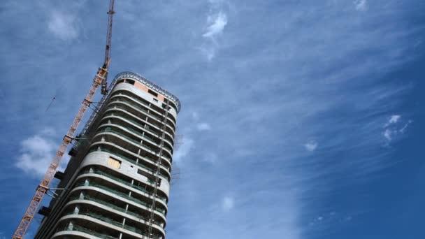 Aufbau eines modernen Wohnhauses, Immobilienmarkt, Bau Kranarbeiten