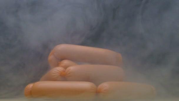 syrové mražené klobásy na předení deska a ránu na kouř v pomalém pohybu