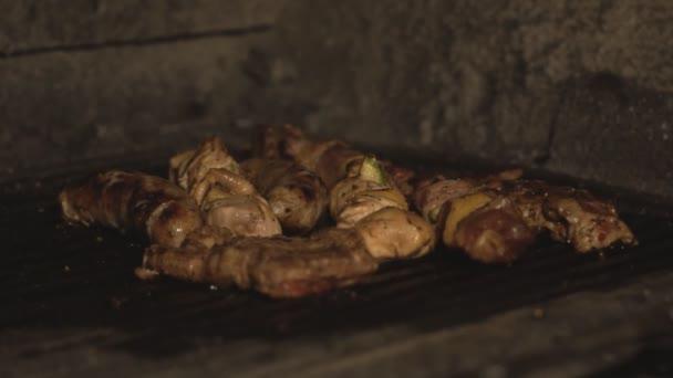 Nemzeti hús étel, a kaukázusi és közép-ázsiai főtt sütő étterem vagy kávézó konyhában slowmo a parazsat. Darab sertéshús, marha, csirke filé főzés barbecue grill
