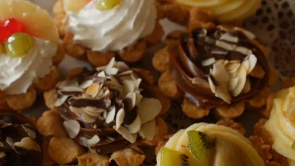 slavnostní dorty s přírodním jahody a čokoláda na sváteční stůl, detail, snídaně