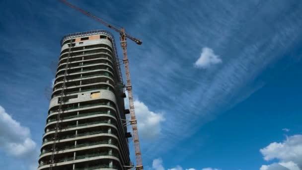 Timelapse stavby bytového domu, trh s nemovitostmi, stavební jeřáb práce