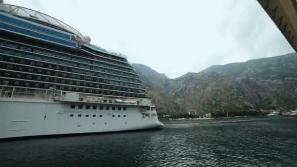 panoramatický výhled na obrovské výletní lodi liniové nedaleko přístavu a přístav