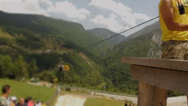 Menschen stehen Schlange, um die Attraktion Seilrutsche oder Flying Fox zu fahren