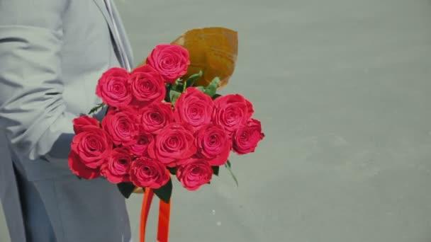 muž v obleku s kyticí růží 14. února, romantické nebo první datum, návrh na manželství