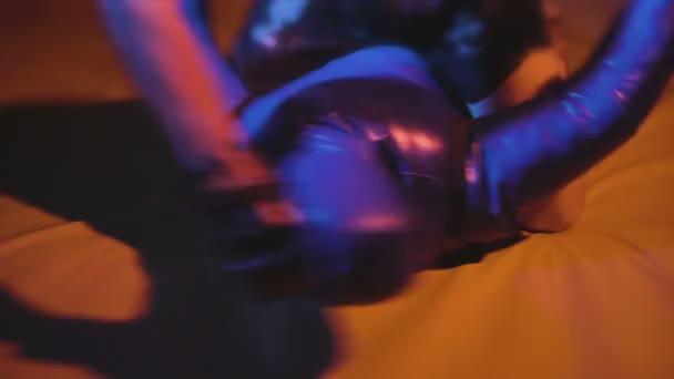 Boxer mit Handschuhen Schlägen durch seine Hände Fäuste auf Schaufensterpuppe, Sandsack, Mma und Muay Thai Kämpfer training mit Ringen Puppe Mann Aufwärmen und Boxen auf Matten vor der Ufc oder Tae Kwon Do bekämpfen