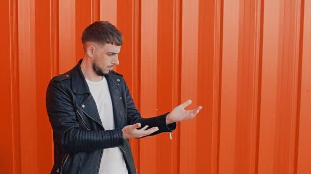 Stylový muž údajně váží nebo zůstatky něco, volba mezi levou a pravou ruku