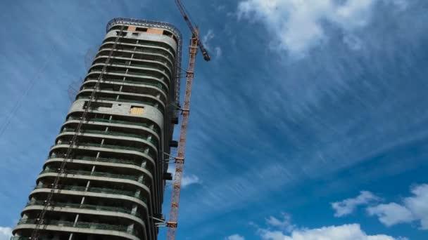 Timelapse budově obchodního centra pod modrou oblohou a mraky, trh s nemovitostmi, kopírovat prostor